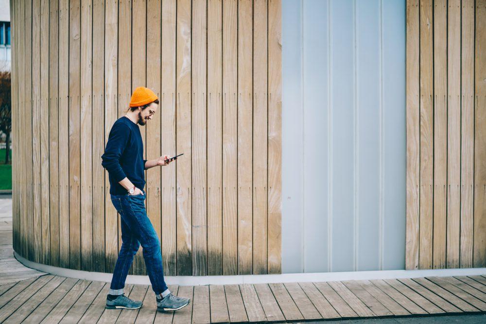 recuperación de la adicción aplicaciones hombre caminando y usando aplicación recuperación de la adicción