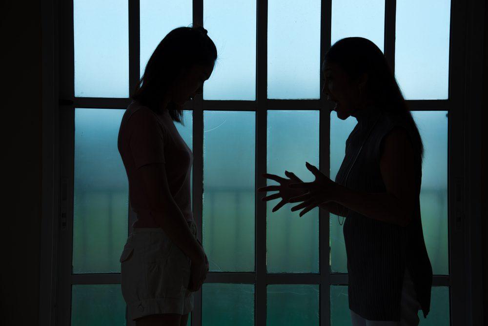 Vínculo entre la salud mental y adicción 2 miembros de la familia que tienen un desacuerdo